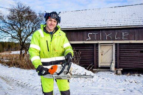 Olai Westgaard (18) med sin lette og hendige motorsag. Nå skal han også håndtere tyngre maskiner som traktor og vedkløyver i sitt nystartede firma.