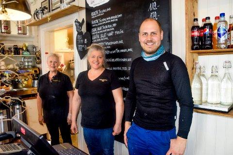 Daglig leder Evy Klund (til venstre) og Gun Helen Gunneng gleder seg til å få mer plass på kjøkkenet. Christian Hattestad Nesset synes de gjør en svært god jobb og lager en fantastisk kakedisk.