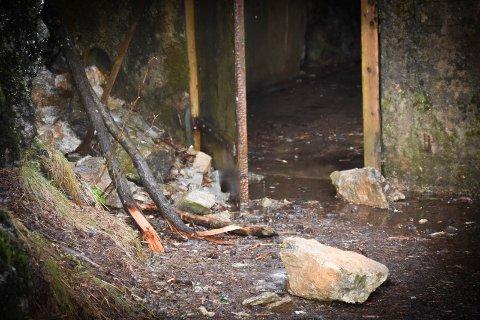 Ras: Slik ser det ut ved inngangen til Fossum Brogalleri.  Det har gått et ferskt steinsprang, og Forsvarsbygg advarer folk om at de går der på eget ansvar.