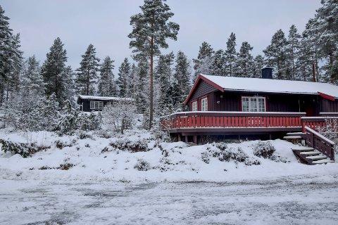 På området litt oppe til venstre for den nærmeste hytta er det nye annekset planlagt. Edvard Mogstads hytte i bakgrunnen. Bildet er tatt fra parkerings- og snuplassen.