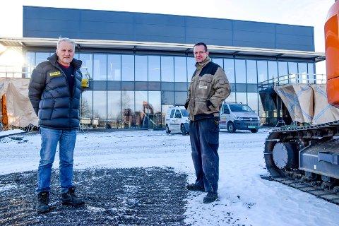 Johnny Lauritzen (til venstre) og Jens Erik Johansen på verkstedet til Rosendal Maskin AS ser frem til å flytte inn i bedriftens store nybygg.