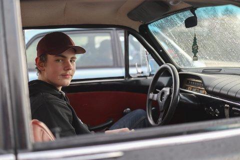 GLAD I BIL: Teodor Ørbeck Strand (14) fra Marker har stor lidenskap for bil, særlig eldre volvoer.