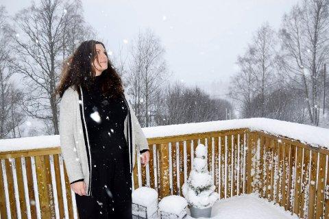 Vanligvis har Lisette Askø og familien flott utsikt nedover mot kraftverket, men akkurat denne dagen gjorde vinteren comeback og snøen lavet ned.