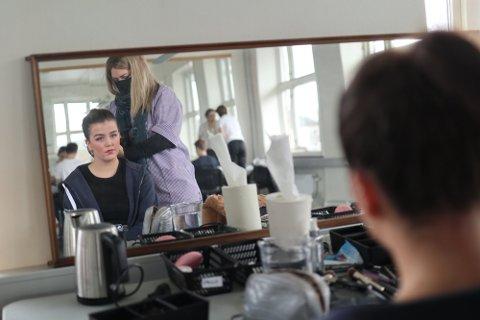 Spendt:  Julie Ingeborg Engen (18) spiller hovedrollen Sandy. Her sminker hun seg før en gjennomgang av musikalen.