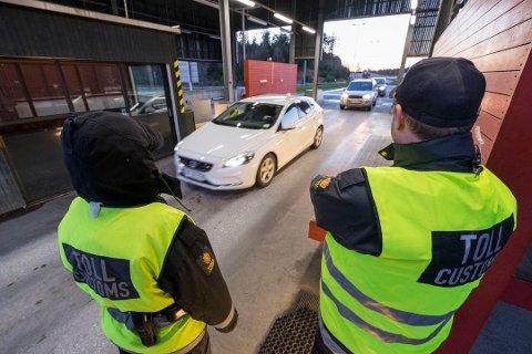 STOPPET INN TIL NORGE: Etter svippturen til Sverige ble 44-åringen stoppet i tollen og fikk utlevert et skriv med informasjon om karantenebestemmelsene etter opphold i utlandet.