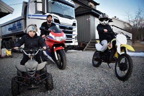 Motorglad familie: Det durer hos familien ved Eidsberg stasjon. Marius Tunes med sønnene Mathias (8) og Marcus (5) på hver sin crosser og firhjuling.