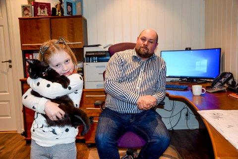Pappa Kristian Fog (34) er svært fornøyd med å få raskt fibernett til hjemmekontoret. Cornelia (6) – her med katten Bell – kan få glede av raskere nett når hun skal gjøre lekser.