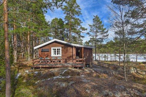 SOLGT: En fornøyd fersk hytteeier kunne sikre seg denne perlen ved Blankvann i Rakkestadfjella mandag.