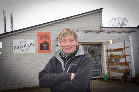 Gratis mat: Roar Karlsen (54) fra Mysen er en av de 75 frivillige som jobber på bymisjonen i Mysen. – Terskelen for å be om gratis mat er høy for mange, forteller han.