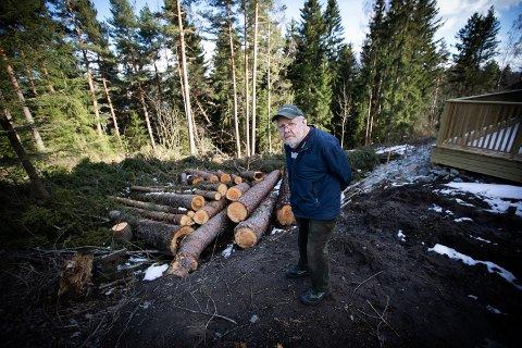 REAGERER: Kjell Grøneng reagerer sterkt på fremgangsmåten til utbygger Scorpio Eiendoms fremgangsmåte etter at de har felt flere trær på eiendommen som tilhører familien.