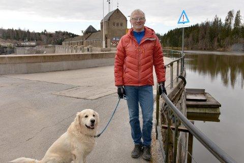 Martin Lind ber turgåere merke seg at det er store glipper i rekkverket over Vamma-dammen.