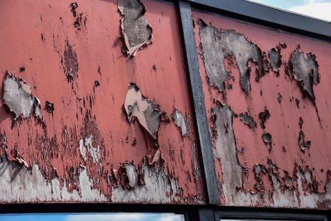 Forfall: Planen var at platene på denne veggen skulle ha blitt skiftet ut i fjor.