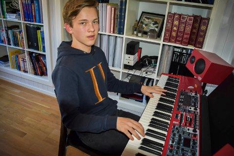 KØ: Theodor Jansen (16) i gruppa Stone Heart har i mange år vært elev ved kulturskolen. Men da han søkte seg til pianoundervisning var det full stopp. – Jeg tar privattimer i påvente av å komme inn på piano, sier han.