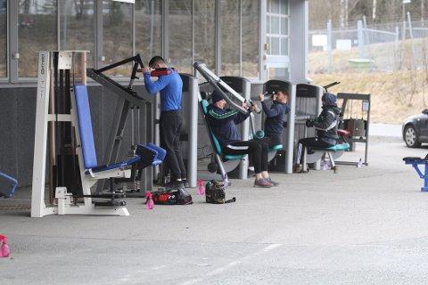 Med to meters mellomrom står treningsapparatene linet opp langs veggen på utsiden av SPARTA treningssenter i Ski.