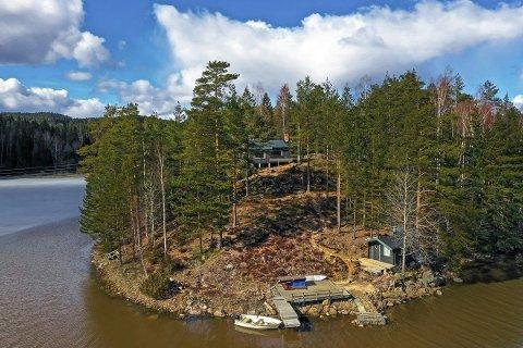 Med hytta følger blant annet en 220 meter strandlinje og egen brygge.