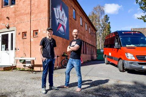 UKH-sjef Lars Johansson (43) sammen med 14-åringen Ole Magnus Grini, en av ungdommene som nå går i bresjen for å starte et mekkeverksted i Ørje sentrum. Her er de utenfor hovedbasen.