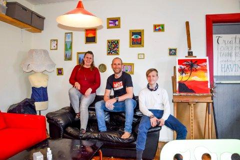 Lars Johansson (43), Kim Lundström (29) og Odin René Nygaard Kristiansen (15) tror på en ny vår for UKH etter korona. Her er de i designrommet hvor Kim samler ungdommer til kunstneriske aktiviteter.