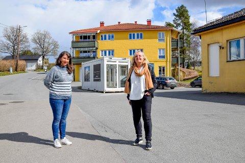 Trafikkforholdene ved innbyggertorget på Tomter bekymrer både avdelingslederen der, Kristin Lippestad (t.v.), og konstituert rektor ved Tomter skole, Hanne Pettersen Nordby.