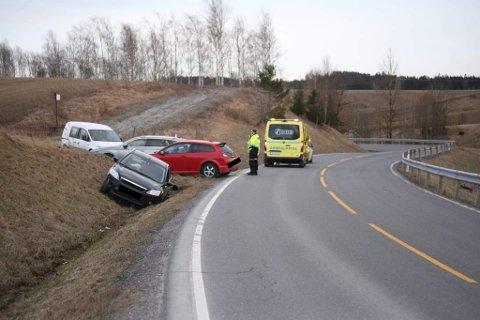 Etter det politiet opplyser i første melding, er det kun en bil involvert i ulykken på Heliveien i Spydeberg.