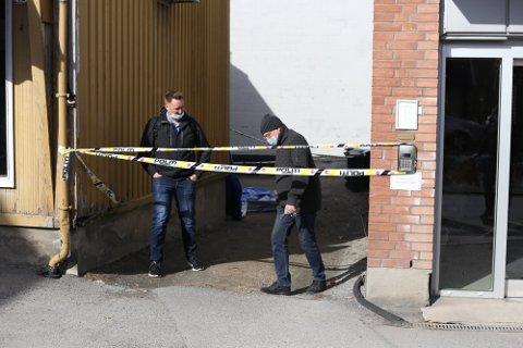 Den alvorlig skadde mannen ble funnet noen meter fra Apotekgården og boligsameiet ved siden av i Guderudgata søndag morgen.