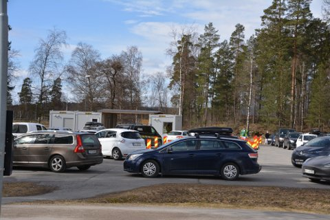Ved 12.00-tiden mandag var plassen ved testsenteret i Askim full av biler. Foto: Birgit Skogstad