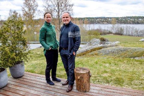 Ekteparet Linda Marveng (55) og Michael Marveng-Puckett (67) elsker huset og omgivelsene rett nord for Ørje. De ser mørkt på planene om et større boligfelt på området bak dem, på vestsiden av Rødenessjøen. På den andre siden av vannet er Mosebyneset allerede bygd ut med boliger.