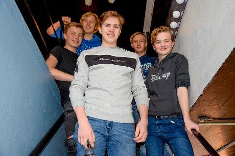 Nå skal det bygges game-rom på UKH, fastslår f.v. Petter Anton Siljeholt Buer (14), Tollev Sebastian Hattestad Nesset (15), William Olsen (16), Odin René Nygaard Kristiansen (15) og Odin André Neset (14).