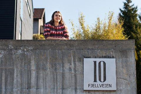 IDENTITET: Tora Klippen har bodd med familien i Fjellveien i Sandnes hele livet. Adressen er blitt en del av henne. Foto: Carina Johansen / NTB