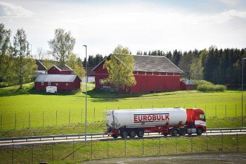 Jordvoll: Thorstein Molle vil anlegge en 300 meter lang jordvoll mellom E18 og låven på gården.