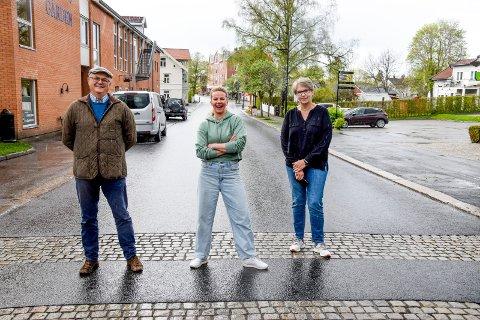 GLADE I GATA: Utvalgsleder Asbjørn Brandsrud, handelsstandsleder Renate Fagerås og virksomhetsleder Else Marit Svendsen har tro på folks kreativitet og alle de litt mindre tiltakene som er med på å gjøre Ørje til et mer attraktivt sentrum.