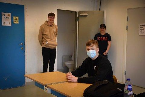 Toalett i klasserommet: – Mens vi har undervisning kan lærere komme inn i klasserommet for å gå på do, forteller elevene  Isak Kristiansen (16) og Kristian Tanovski (t.v) og Paul Leirtrø (t.v).