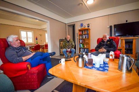 Vi møtte Tom Borge (fra venstre), Frank Andersen og Hans Petter Ringstad til en prat i bygg 28 på Høytorp fort. – Vi tenker at foreningen er et slags nav her på fortet, sier Ringstad, som er kommunens veterankontakt.