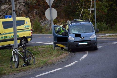 Det var i rundkjøringen Osloveien/Kykkelsrudveien at syklisten fra Spydeberg ble påkjørt og hardt skadd.