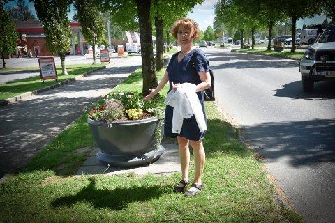 Blomster: Margaret Kirkfjell er fornøyd med at blomsterkassene inn til Askim sentrum var fylt med sommerblomster på onsdag. – Endelig, kommenterer hun.