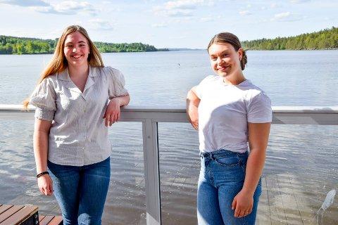 Tuva Ørbeck Strand (t.v.) og Hedda Goska var begge åtte år da terroristen angrep regjeringskvartalet og AUF-ungdommene på Utøya. Ti år etter stiller de seg i spissen for en 22. juli-markering i Ørje sentrum. Her er de på båtkafeen ved Rødenessjøen.