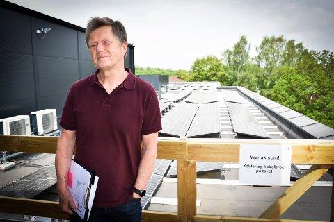 Solcellepanel:  - Det er 340 kvadratmeter med solceller på taket, opplyser  prosjektleder næring, plan og teknikk i Indre Østfold kommune Bjørn Lyngstad:  -