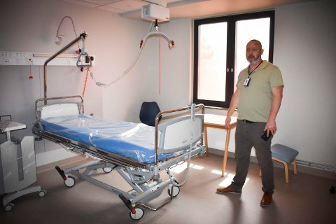 Kristian Devold, seksjonsleder for behandling og mestring i Indre Østfold kommune, viser fram rommene i helsehuset etter ombyggingen.