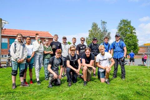 Denne friskusgjengen som vi møtte rett etter målgang ved Marker skole tirsdag ettermiddag, fullførte hele turen på rundt 13 mil. De fire gutta foran deltok også i fjor; f.v. Sondre Jaavall (14), Anton Buer (14), William Olsen (16) og Sebastian Hattestad Nesset (15). Bak står f.v. Vilma Larsdatter Jaavall (13), Jemimah Caspe (14), Cathrine Johansen (13), Marcus Kristensen (13), Ole Magnus Grini (13), Tobias Ronander (14), Melvin Branes (13), Kevin Ruud (15), Anders Mårud (15), Ludwig Øistad Syversen (15) og John Einar Bjerke (14).