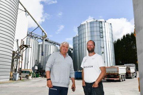UTVIDER IGJEN: Styreleder Olav Breivik og daglig leder Kim- Reidar Martinsen foran de to nye kornsiloene på 30 meter som skal ta imot stadig økende mengder korn.