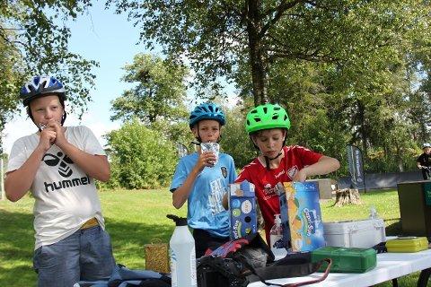 DRIKKEPAUSE: Barn og unge koser seg på sykkelskole denne uka.