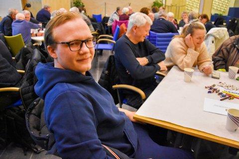 AUF-leder i Indre Østfold, Emil Vesleng Hansen, mener elevene i videregående skoler må få mer i utstyrsstipend.