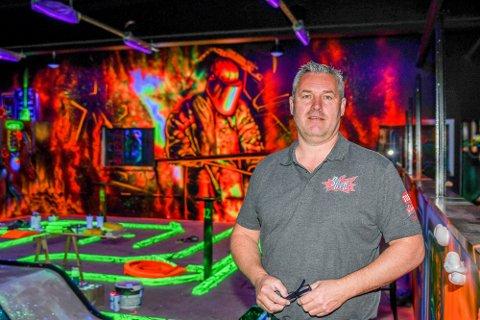 GOD SOMMER: Petter Hansen er glad for at trampolineparken har blitt godt besøkt.