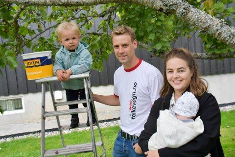 Martin Winberg og Anette Bodal Bekke med barna Isak (t.v) og Mikkel har fått mye mer plommer enn de selv klarer å plukke.