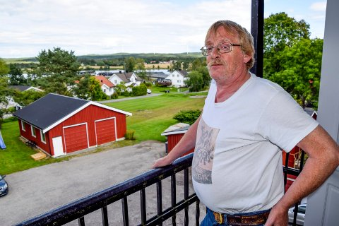 Bjarne Kjelbotn trives med å bo i leilighet i tredje etasje i murgården i Ørje sentrum. Fra balkongen nyter han ofte utsikten nordover mot skog og vann og nye boligområder.