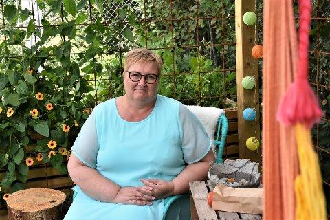 Leder for krisesenteret, Kari Mette Fjell under den nye pergolaen i sansehagen.