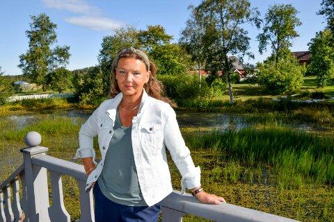 Høyres listetopp Ingjerd Schou mener vi må ha med oss historien for å navigere nåtiden – her er hun i historiske og grønne omgivelser på Spydeberg prestegård.