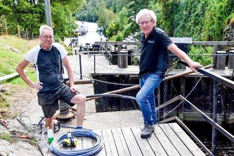 Montør Finn Westgaard (t.v.) er i full gang med å installere lys i Ørje-slusene, mens daglig leder i Marker El-Installasjon AS, Bjørn Bergbråten, har overoppsynet med arbeidet.