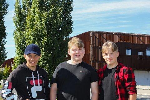 ØNSKER MER PLASS: Snorre Berg, Christian Bakken Johannesen og Linus Boye (alle 15 år) opplever at det er litt for mange elever på skolen deres.