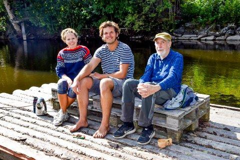 Linn Charlotte Klund og Paul Lübbe valgte å utsette slusingen av sin lille seilbåt «Mareile» forrige onsdag. Isteden belaget de seg på en overnatting på FLO ute ved Solstrand. Her tar de en godprat med Eilif Mosbæk.