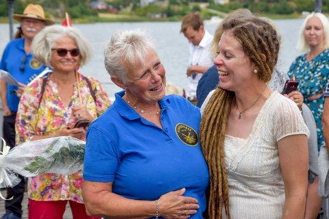 Det ble et varmt gjensyn mellom mor og datter, Evy og Linn Charlotte Klund, lørdag.